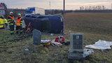 """Křižovatka smrti lemovaná pomníčky: Auto plné lidí vletělo pod kamion, přistálo mezi """"hroby"""""""