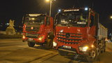 Uzavírka mostu u Vltavské: Testují ho tři tatrovky s nákladem 40 tun