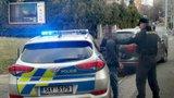 Policejní honička v Hloubětíně: Řidiče zastavila proražená pneumatika, jeho kumpán byl v celostátním pátrání