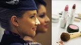 Revoluce v přísných nařízeních pro letušky. Mohou odložit make-up i sukně