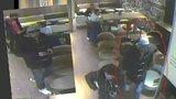 VIDEO: Zlodějíček z Karlína využil okamžiku: Odchod na toaletu stál ženu peněženku a mobil