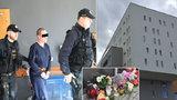 Vražda holčičky (†3) v Praze: Matka přišla do bytu až po činu. Svíčky a plyšáci před domem už zmizeli