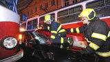 Kuriózní nehoda zabrzdila provoz v centru Prahy: Dvě tramvaje sežmoulaly vůz