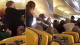 Kanibal v letadle ukousl pasažérovi kus nosu: Krev byla až na stropě!
