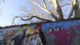 Nápis All you need is Love a obraz Havla: Umělci oživili Lennonovu zeď, připomněli 30 let od revoluce