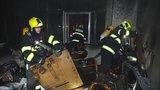 Hasiči z domu na Starém Městě zachránili 10 dospělých a 2 děti: Požár způsobila svíčka, škody jdou do milionů