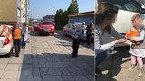 Drama v Mělníce: Holčička byla zamčená v autě na slunci! Vysvobodili ji až hasiči