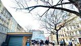 Žižkovští mají nový odpočinkový plácek. Kostnické náměstí nabídne stín pod stromy i kavárnu