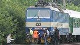 Seděl netečně u kolejí a na troubení vlaku nereagoval: O život muže (39) bojují lékaři