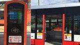 Revoluce v placení za jízdu MHD: V pražských tramvajích můžete koupit jízdenku platební kartou