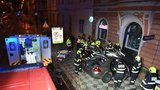 Nehoda v Karlíně: Vykolejila tramvaj, osobák to napálil čelně do domu