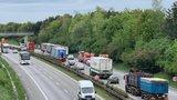 Na dálnici D8 před Prahou bouraly čtyři náklaďáky. Přes 3 hodiny tu bylo omezení