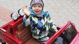 Dobrá zpráva: Davídkovi (2) zabrala chemoterapie! Prohání se v červeném superfáru
