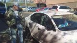 Vloupačka, která se nepovedla. Dvojice mužů v Praze 6 chtěla ukrást auto, teď je hledá policie
