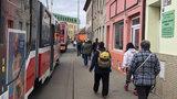 Kritická situace v rozkopaném Brně: Tramvaje stojí kvůli autům i desítky minut v koloně