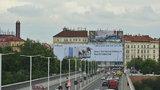 Nelegální reklama u Nuselského mostu: Řízení o jejím odstranění běží už 5 let, komu tečou peníze?