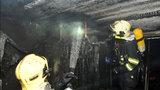 Půlnoční požár na Proseku: Hasiči museli evakuovat 26 osob, celý byt lehl popelem