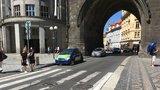 Prašnou bránou průjezd zakázán: Praha 1 chce omezit auta v centru, přibudou i sloupky