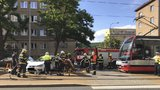 Vážná nehoda ve Vysočanech: Tramvaj před sebou po srážce hrnula auto, tři zranění