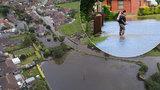 Povodně a lidé na útěku z domovů. Přijdou další silné bouřky a kroupy, varují Brity