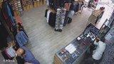 Secvičená scénka: Čtyři zloději ukradli prodavačce tržbu, hledá je policie