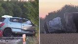 Drsnou nehodu na Mělnicku nepřežil člověk: Kamion v obilí začal hořet