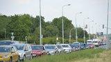 Dopravní kolaps na severovýchodě Prahy! Auto ve Kbelské skončilo na střeše, tvoří se kolony