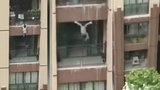 Neuvěřitelné video: Tříleté dítě vypadlo z 6. patra: Zachránci ho chytali do deky