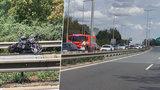 U Mladé Boleslavi se srazila motorka s náklaďákem: Při nehodě zemřela spolujezdkyně na motorce