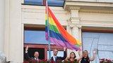 Festival Prague Pride začíná: Na radnici visí duhová vlajka, barevně se rozzáří i Petřínská rozhledna
