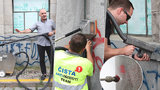 VIDEO: »Čistič« Karlova mostu ukázal, jak se to dělá. S graffiti zatočí v řádech minut