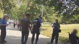 Knokaut za zády strážníků! Muž dupl druhému na hlavu v parku u hlavního nádraží, hlídka mu pomohla