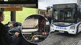 Třetí hybrid do party vyjel do pražských ulic. Autobus na zastávkách nečoudí lidem pod nos