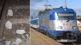 Mladík položil na koleje železobetonový blok: Najel do něj rychlík z Vídně do Polska