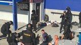 VIDEO: Brutální rvačka na letenském stadionu: Fanoušci Baníku házeli pivní sudy do lidí