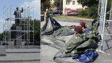 Plachtu kolem Koněvovy sochy strhl starší muž. Během podvečera se vrátila na místo
