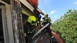 Požár rodinného domu v Košířích: Hasiči rozebírali střechu kvůli skrytým ohniskům