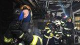Požár suterénu domu v pražském Braníku: Hasiči zachránili několik lidí, škody jdou do milionů