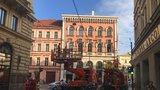 V centru Prahy nejezdí tramvaje! Řidič strhl trolej u Masarykova nádraží