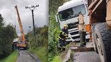 Polský kamioňák důvěřoval navigaci: Utrhla se s ním krajnice nad propastí v úzké uličce