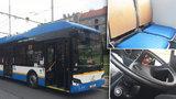 Nový přírůstek na pražských silnicích: Dopravní podnik testuje trolejbus, jezdit by mohl na letiště