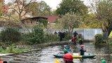 Ve vodách Botiče se našel mrtvý muž: Po jeho identitě policisté pátrají