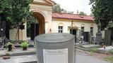 Cizinci mají hrob, našinci louku. Kde a jak se v Praze pohřbívají opuštění lidé?