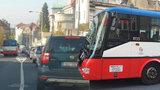 VIDEO: Riskantní manévr řidiče MHD! Autobus se řítil Prahou 8 v protisměru, policie hledá svědky