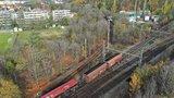 Trať v Malešicích zůstává neprůjezdná: Vykolejené vagony jsou pryč, musí se opravit koleje