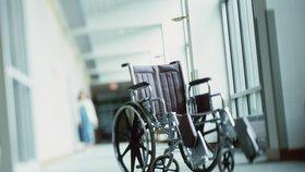 Nejasné platby za berle či vozíky: Soud stopl část zdravotního pojištění