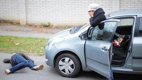 Chodci a cyklisté jsou pro řidiče neviditelní: Reflexní páska patří na nohu a ruku, ne na kabelku