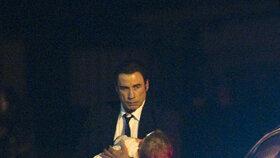 Travolta přistál ve Varech. V náručí svíral svůj největší poklad - malého synka.