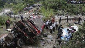 Kamion v protisměru smetl autobus plný lidí: 20 mrtvých a desítky zraněných