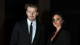 Beckhamovi oblékají bezdomovce: Do jehlových podpatků a luxusních obleků